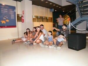Visitantes del MUPE observan la proyección 3D