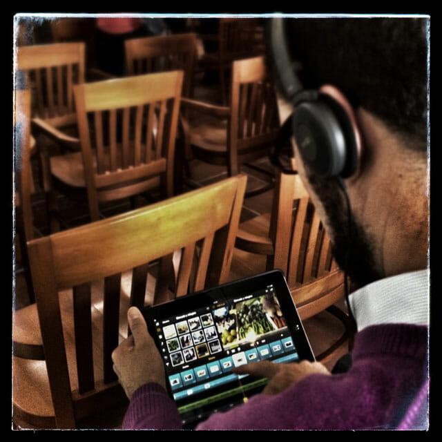 Óscar con su editor de vídeo de iPad