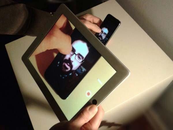 A la antigua usanza. Grabando una pantalla con una cámara, esta vez más moderno, con un iPhone y un iPad. Snacpchat captura las fotos y los vídeos